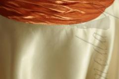 Sukienka z jedwabnej, grubej satyny z pmarańczowym kwiatem