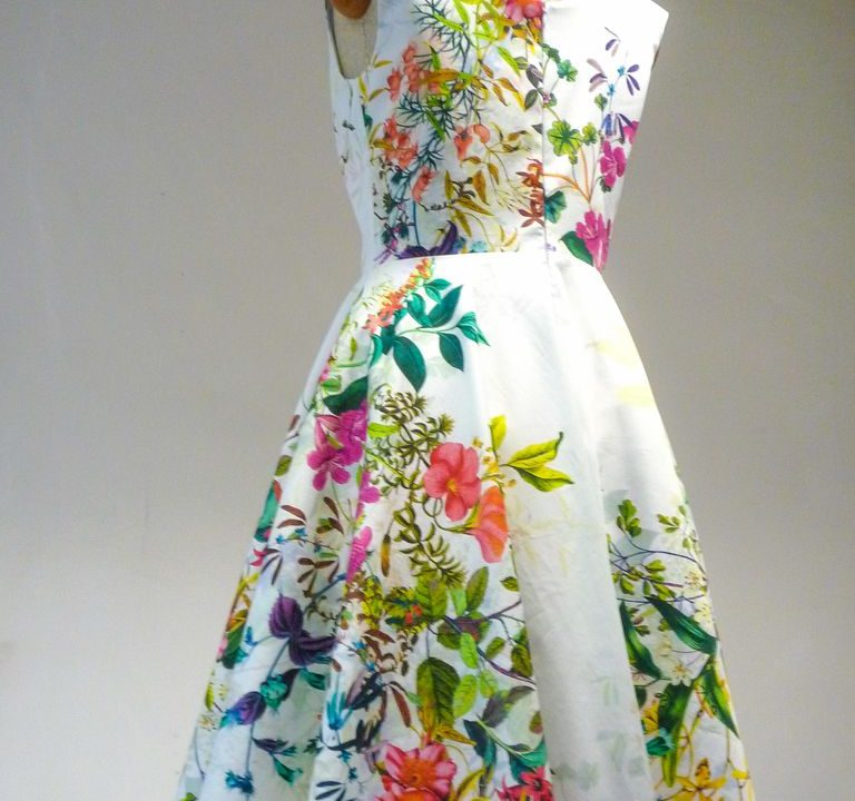 Sukienka bez rękawków biała, wzór kwiatowy, szyta na miarę.